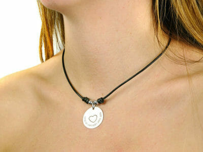 crea collar cuero 6 2 1 400x300 - Collier personnalisé cuir : Dessinez votre bijou