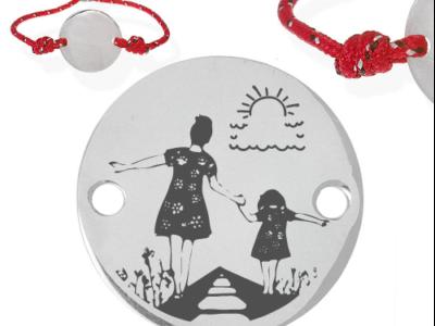 Mère et fille sur voie 400x300 - Cadeaux personnalisés : Bracelet ajustable rouge mère et fille sur voie