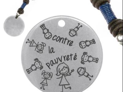 contre la pauvreté 2 400x300 - Cadeaux personnalisés : Porte-clés bleu  contre la pauvreté