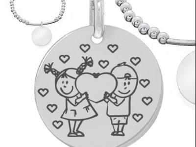 enfants amoureux avec coeurs 400x300 - Cadeaux personnalisés : Bracelet en boules et tube d'argent massif garçon et fille-amours