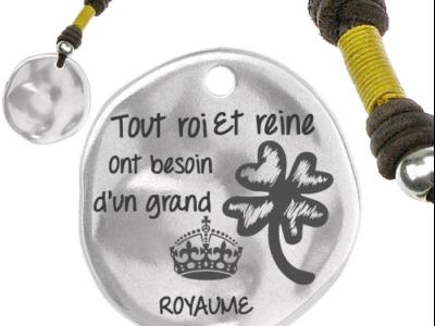tout roi et reine ont besoin 400x300 - Cadeaux personnalisés : Porte-clés jaune Tout roi et reine ont besoin